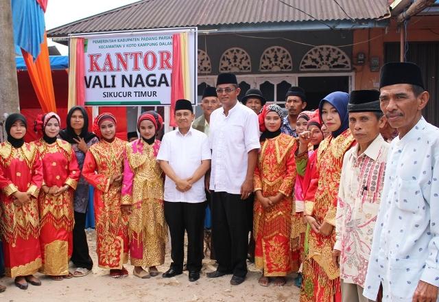 Sekdakab Jonpriadi (tengah) berpose bersama ketika acara penyerahan Pjs Wali Nagari Sikucur Timur, Jumat (21/10) lalu di Koto Hilalang.
