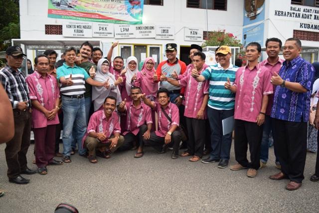 Bupati Limapuluh Kota Irfendi Arbi menyerahkan bantuan sara usaha kepada 20 warga Nagari Kubang di kantor wali nagari Kubang, Minggu (23/10).