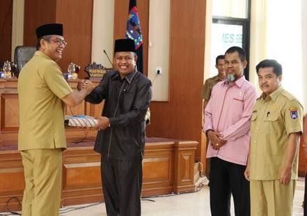 Walikota Payakumbuh, H. Riza Falepi menyerahkan Ranperda RDTR ke Ketua DPRD Payakumbuh.