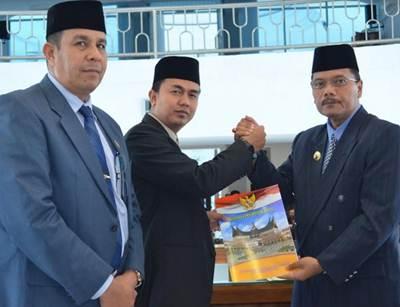 Bupati Limapuluh Kota Irfendi Arbi serahkan nota jawab atas pandangan umum fraksi DPRD.