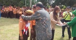 Kadin Pendidikan Kota Payakumbuh Hasan Basri Sy memasangkan tanda peserta PK-ABK.