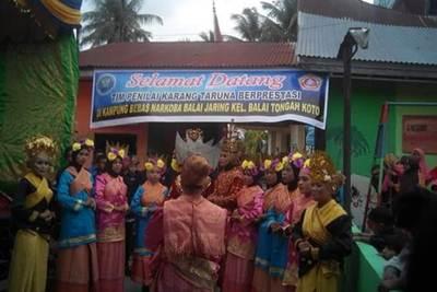 Anggota karang taruna dari Sanggar Tari Mangkudu, menampilkan kebolehannya di depan tim penilai.