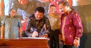 Menteri PAN dan RB Asman Abnur bersama Bupati Ali Mukhni menandatangani Komitmen dalam inovasi pelayanan publik.