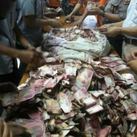 Foto Ilustrasi Orang Sedang Menghitung Uang