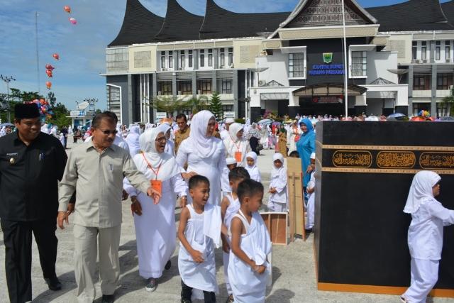 Bupati Ali Mukhni, Wabup Suhatri Bur mendampingi murid PAUD melaksanakan Peragaan manasik haji di Halaman Kantor Bupati Padang Pariaman, di Parit Malintang, Selasa (18/10)