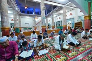wako bersama para pejabat pemko bertadarus di mesjid raya III koto  naras 2