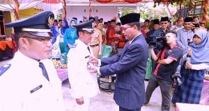 Bupati  Limapuluh Kota Irfendi Arbi memasangkan tanda jabatan kepada wali nagari Piobang yang baru Syaffan Nur dalam acara pelantikan dan serahterima jabatan di halaman kantor wali nagari setempat, Senin (24/10)