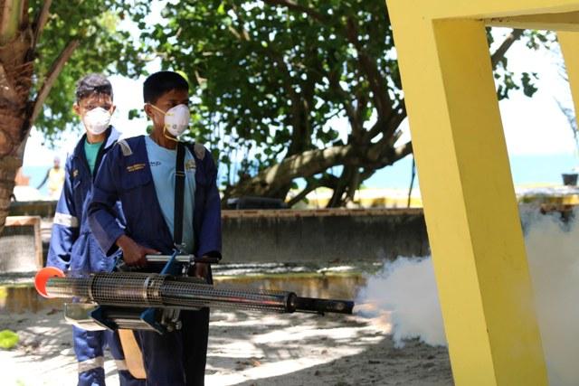 petugas dinas kesehatan lakukan fogging di pulau angso duo