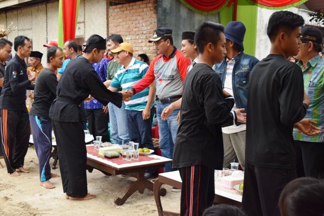Bupati Limapuluh Kota salaman bersama para pesilat dan guru silek dalam acara silaturahmi antar perguruan silek di lokasi perguruan Silek Paga Diri (Sipadi) di Jorong Kubang Tungkek, Nagari Guguak VIII Koto.