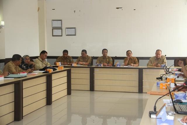 Sekda Jonpriadi memipin rapat evaluasi kinerja SKPD di Runag Rapat Sekretariat Daerah.
