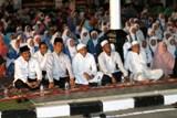 wakil wali kota dan para tamu undangan dan warga pariaman dengarkan tausiah dari ustadz yayat suharyat