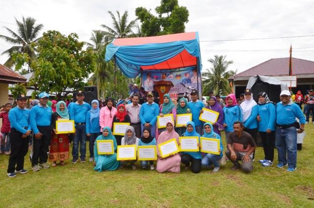 wako dan tamu undangan berfoto bersama pemenang lomba yang diadakan oleh bp2kb kota pariaman