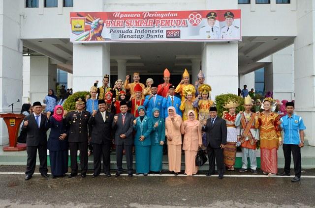 wako dan undangan berfoto bersama dengan para pelaksana upacar dan pasukan bhineka tunggal ika.jpg