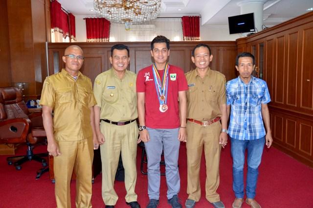 wako menerima berfoto bersama jefri maldi dan rombongan di ruang kerjannya