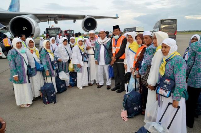 wawako dan istri berfoto bersama wako dan istri serta jamaah haji asal kota pariaman sesaat turun dari pesawat