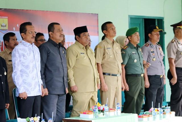 http://www.padang-today.com/wp-content/uploads/2016/10/wawako-dan-wabup-serta-undangan-lainya-yang-mengahadiri-penilaian-kodim-0308-pariaman-menyanyikan-lagu-indonesia-raya.jpg