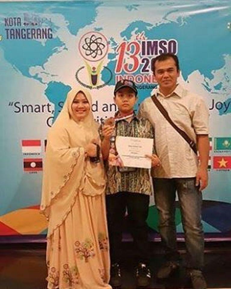 Abdul Hakim Yosfi, peraih perunggu IMSO 2016 bersama kedua orang tuanya, di Tangerang, Banten. Hakim persembahkan medali buat Indonesia.