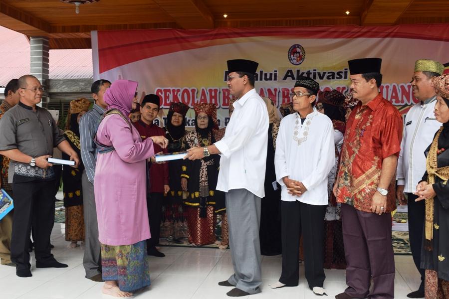 Bupati Terima Buku dari Ketua Bundo Kanduang Provinsi Sumatera Barat