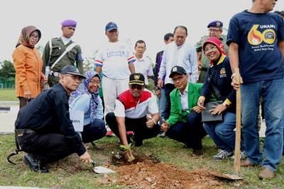Walikota Priyadi Syukur bersama Rektor Unand menanam pohon penghijauan di Kampus II Unand, Sabtu (5/11).