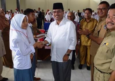 Bupati Limapuluh Kota Irfendi Arbi memasangkan tanda peserta lomba baca puisi tingkat SLTA se- Kabupaten Limapuluh Kota di gedung Sago Bungsu, Senin (7/11).