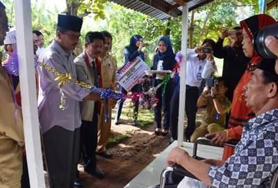 Bupati Limapuluh Kota Irfendi Arbi meresmikan bedah rumah bantuan program bina lingkungan dari PT Taspen (Persero) Kantor Cabang Bukittinggi di Jorong Kayu Bajajar Padang Laweh Kenagarian Mungo, Selasa (8/11).