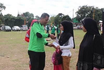 Kadiskes Elzadaswarman menyerahkan bantuan sembako kepada warga Ompang Tanah Sirah dalam acara bakti kesehatan.