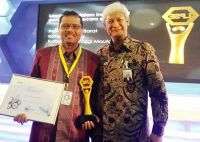 Ir. Irfendi Arbi, MP Bupati Limapuluh Kota menerima penghargaan National Procurement Award 2016 dari Kepala LKPP Republik Indonesia Agus Prabowo d, Jakarta, Kamis (3/11).