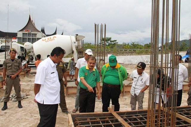 Bupati Ali Mukhni didampingi Wabup Suhatri Bur meninjau pembangunan Gedung DPRD dan Mesjid Raya yang berada berdekatan dengan Kantor Bupati di Parit Malintang, Rabu (16/11).
