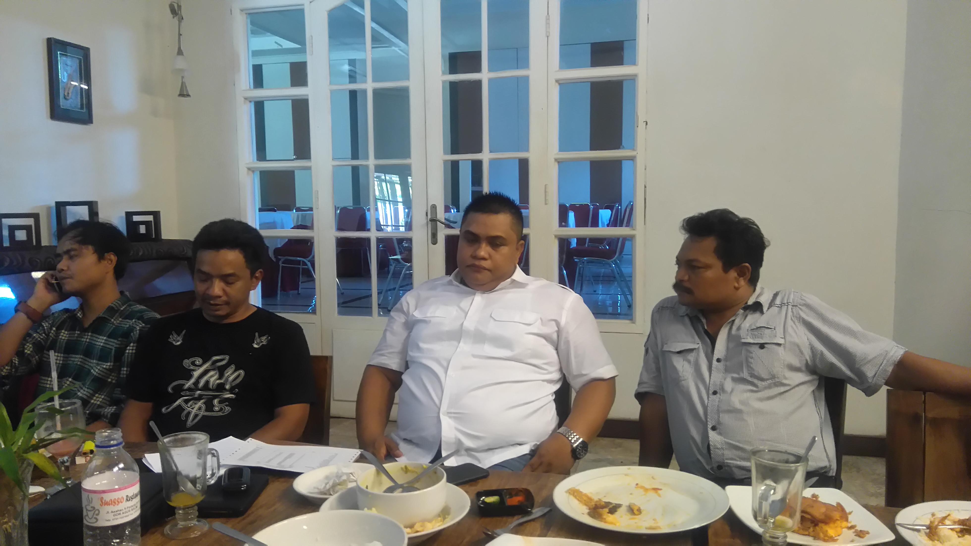 Anggota Exco PSSI, Very Mulyadi saat memberikan keterangan ke wartawan