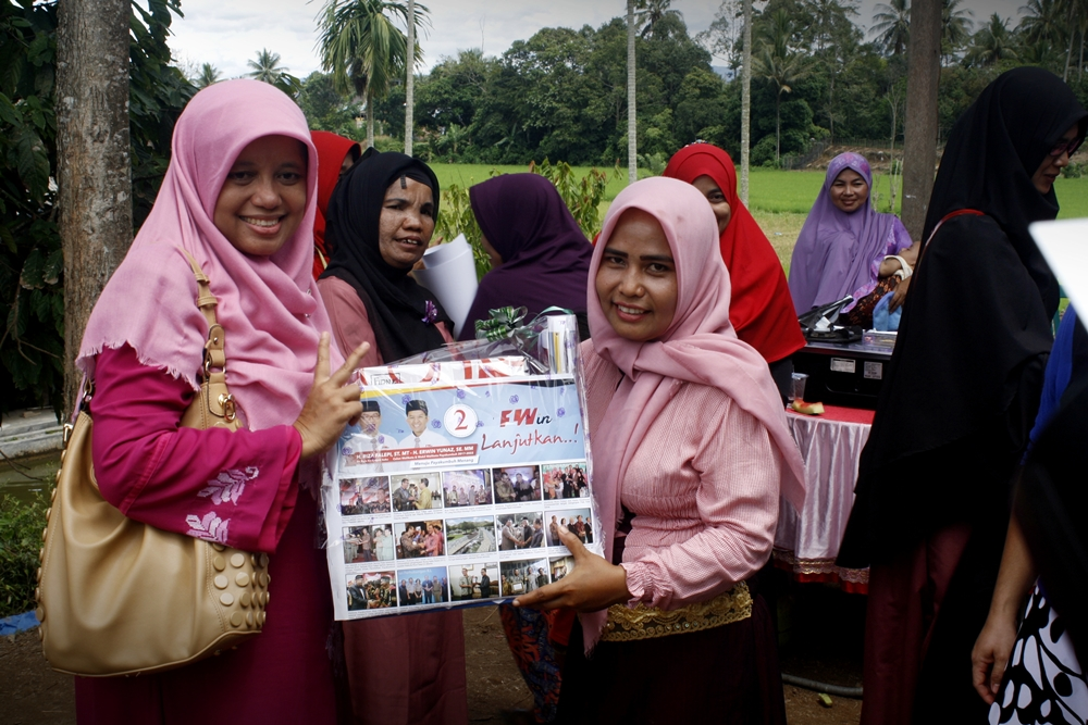 Penyerahan hadiah oleh Dr. Henny Zubir, istri Calon Walikota Payakumuh H. Riza Falepi.