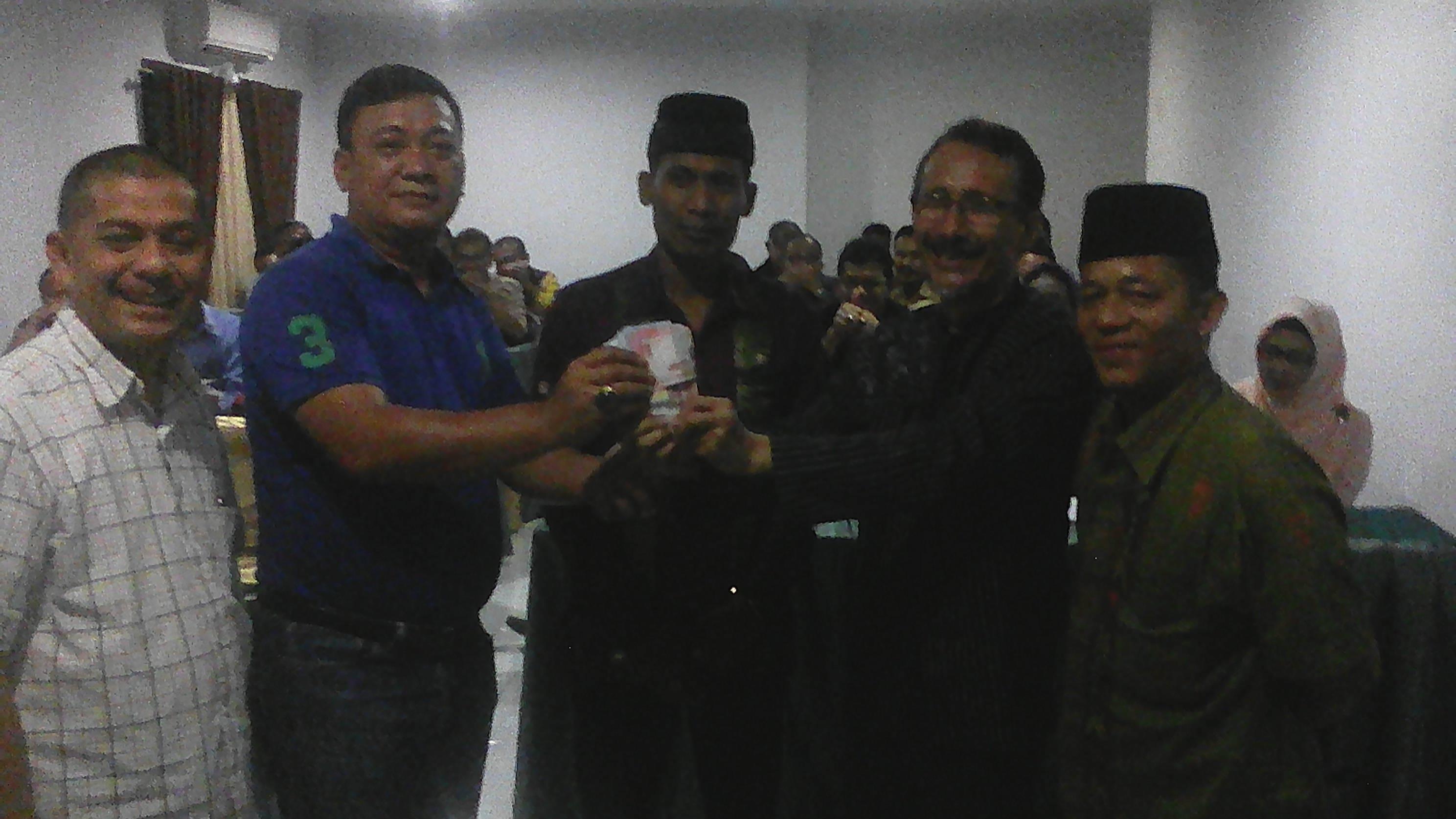 Ketua DPW PKDP Sumbar, Rahmal Saleh memberikan uang tunai sebesar Rp3.182.000 hasil badoncek kepada Ketua DPD PKDP Padang,Fery Yasri
