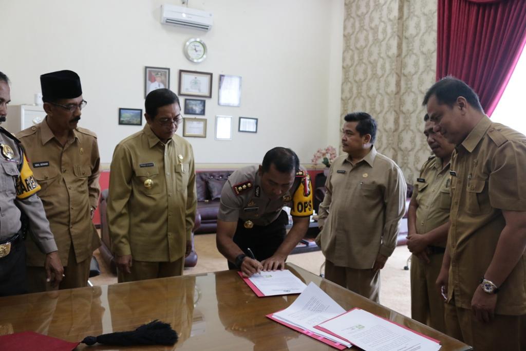 Kapolresta Kuswoto disaksikan Plt. Walikota Priadi Syukur dan Sekdako Benni Warlis, menandatangani dana hibah Pilkada 2017, di balaikota, Senin.