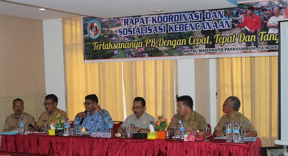 Karlak BBD Lima Puluh Kota Nasriyanto, didampimngi nara  Sumber dari Propinsi dan sekretaris BPBD Nur Akmal ketika  memberikan arahan dan menjawab pertanyaan para SKPD