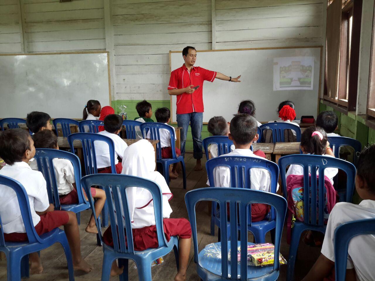 Tim Mercusuar memberikan pelajaran dasar dan memberikan motifasi bagi seluruh siswa di SD Tanjung Pauh