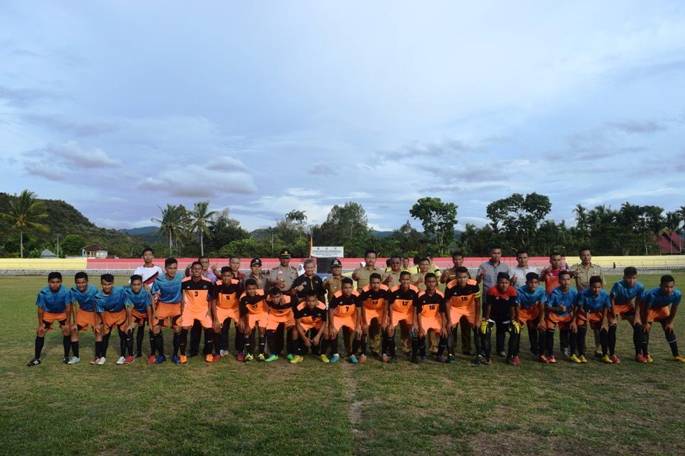 Wakil Bupati Limapuluh Kota, Ferizal Ridwan, memberi sambutan sekaligus foto bersama dengan para pemain Liga Pelajar SLTA Piala Bergilir Menteri Ketenagakerjaan RI di GOR Singa Harau, Senin (31/10) sore.