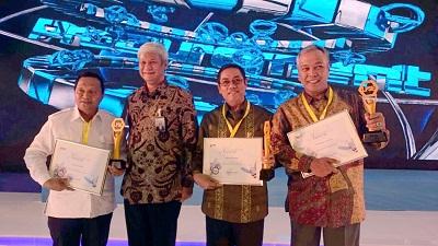 Plt. Walikota Payakumbuh Priadi Syukur (kedua dari kanan) sesaat usai menerima penghargaan National Procurement Award 2016