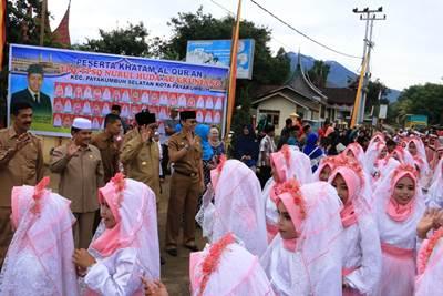 Plt. Walikota Priadi Syukur melepas arak-arakan pawai takruf peserta khatam di Kelurahan Sawah Padang Aua Kuniang, Senin.