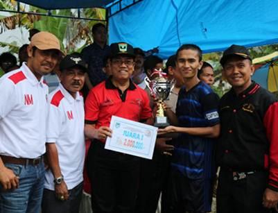 Plt. Walikota Priadi Syukur menyerahkan trofi dan uang pembinaan kepada kapten tim SMAN 3, LPI Payakumbuh 2016, di lapangan Sebrang Betuang bersama Nilmaizar, Sabtu.