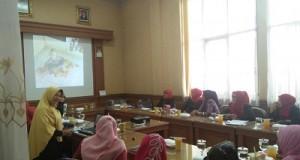 Seminar Parenting Ikade Kota Payakumbuh yang dibimbing dua instruktur Bunda Syaflinda dan Bunda Ike, Selasa (8-11-2016) di ruangan sidang komisi Gedung Bagonjong DPRD Payakumbuh Jalan Soekarno Hatta