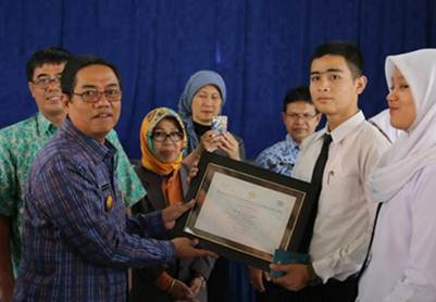 Penyerahan sertifikat STP Sahid dari Walikota pada siswa-siswi SMKN 3 Payakumbuh.