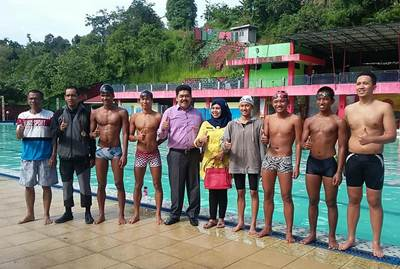 Dukungan kepada Atlet, Maiyuslinar dan Mawardi Jambangi Atlet Renang Pasbar