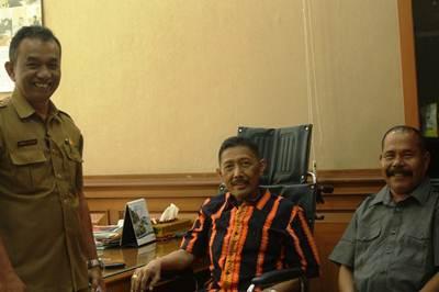 Wakil Ketua DPRD, Wilman Singkuan hari permata masuk kantor setelah di rawat beberapa bulan di RS Dharmais Jakarta