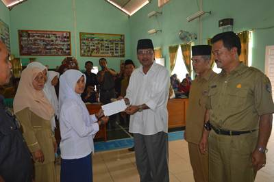 Penyerahan zakat secara simbolis oleh Bupati Ir Irfendi Arbi, MP kepada siswa.