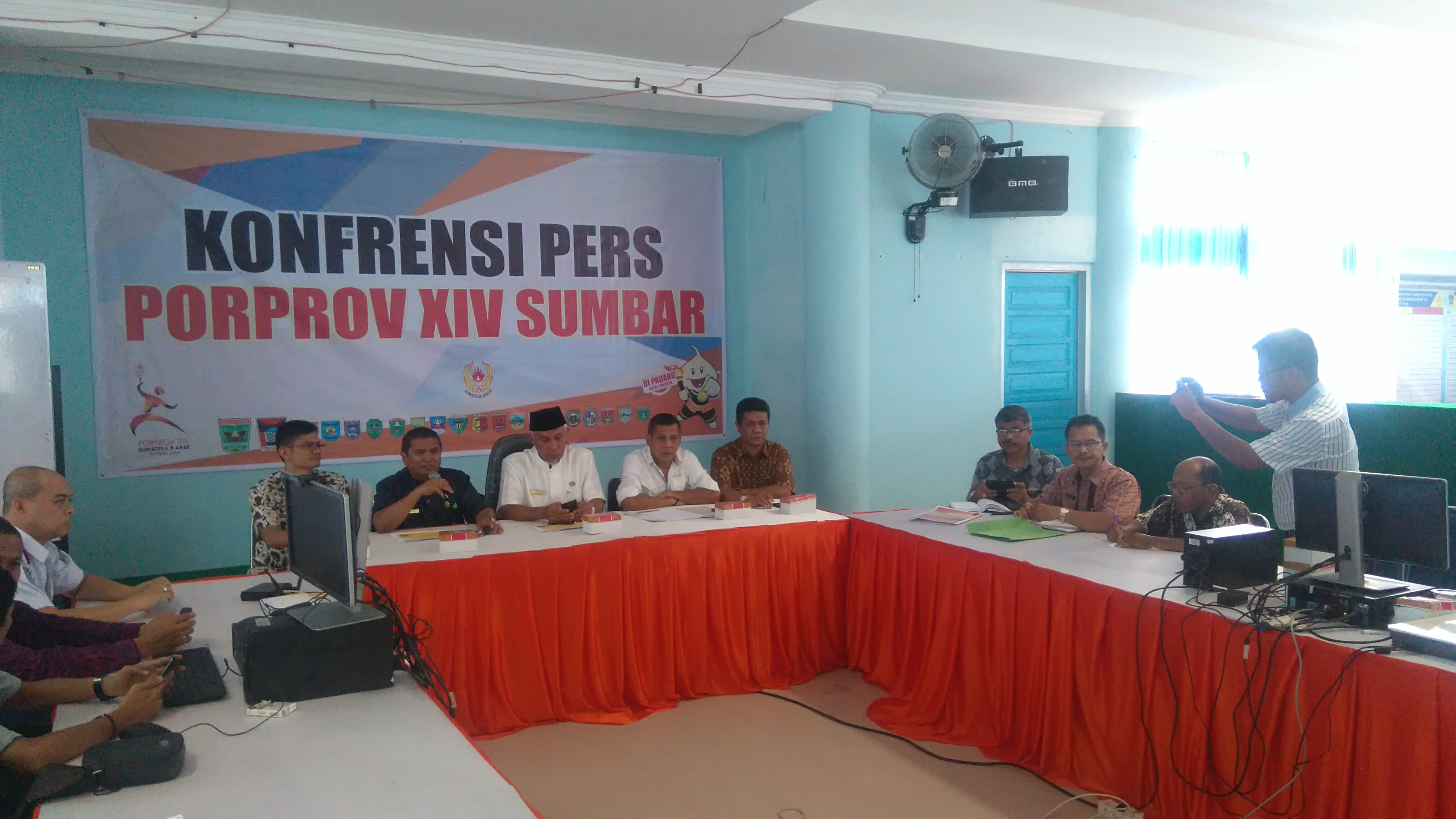 Walikota Padang Mahyeldi bersama Kadispora Suardi dan Ketua KONI Padang Agus Suardi memberikan keterangan kepada wartawan.