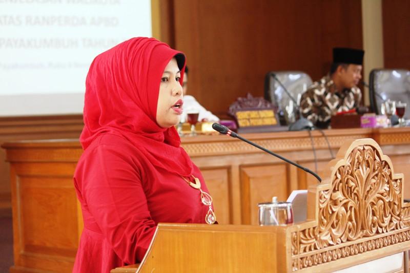 Juru Bicara F-PAN DPRD Payakumbuh, Hj. Husrina Jamhur SPd dalam Sidang Paripurna.