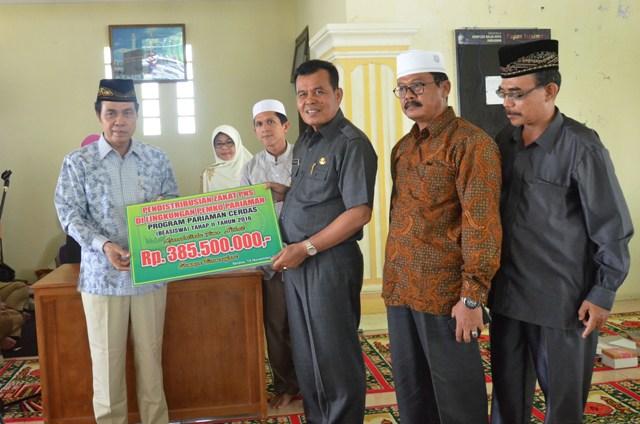 ketua baznas menyerahkan simbolis kepada walikota total bantuan beasiswa kepada mahasiswa kota pariaman