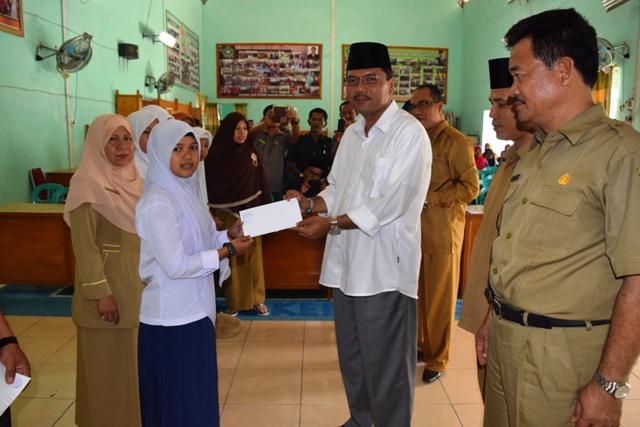 Peduli dengan pendidikan, Bupati Limapuluh Kota Irfendi Arbi menyerahkan bantuan pendidikan kepada puluhan anak dari keluarga miskin di aula Kantor Kemenag, Senin (7/11).
