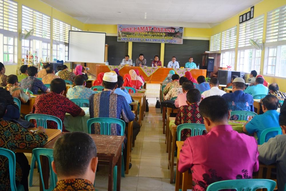 Wakil Bupati Limapuluh Kota Ferizal Ridwan didampingi Kadisdik Radimas, beri pengarahan dalam rapat pembehan pungli dan permasalahan pendidikan di hadapan para kepala sekolah SMP/SMA di aula SMAN I Harau, Jumat (4/11).