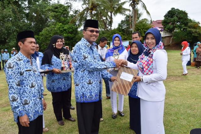 Menyerahkan bibit cabe secara simbolis kepada kelompok tani Bukik Tingkok Jorong Korek Ilia Bagari Tanjung Bungo.