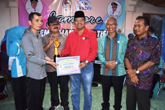 Bupati serahkan tropy dan penghargaan juara 1 PIK R Luar Sekolah kepada PIK R Lentera Nagari Suayan
